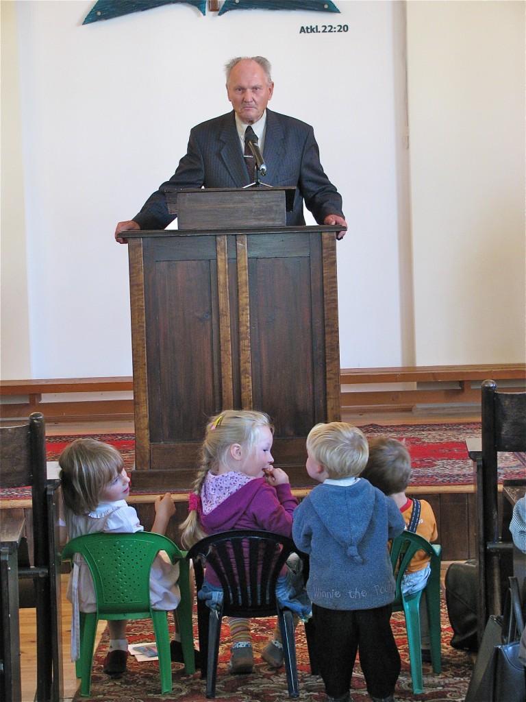 Vecākās paaudzes liecību dievkalpojumā Gunārs Pilabērzs un jaunākā paaudze